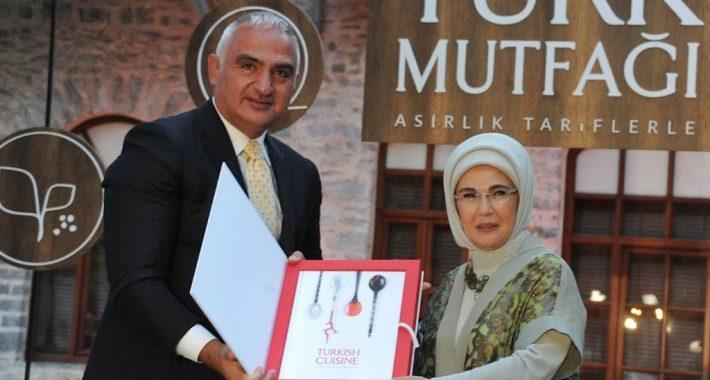 """Kültür ve Turizm Bakanlığının açıklamasına cevabımızdır: Kültür ve Turizm Bakanlığından """"Asırlık Tariflerle Türk Mutfağı"""" adlı kitap için inandırıcılıktan uzak, acizliklerini gösterir, evlere şenlik bir açıklama…"""